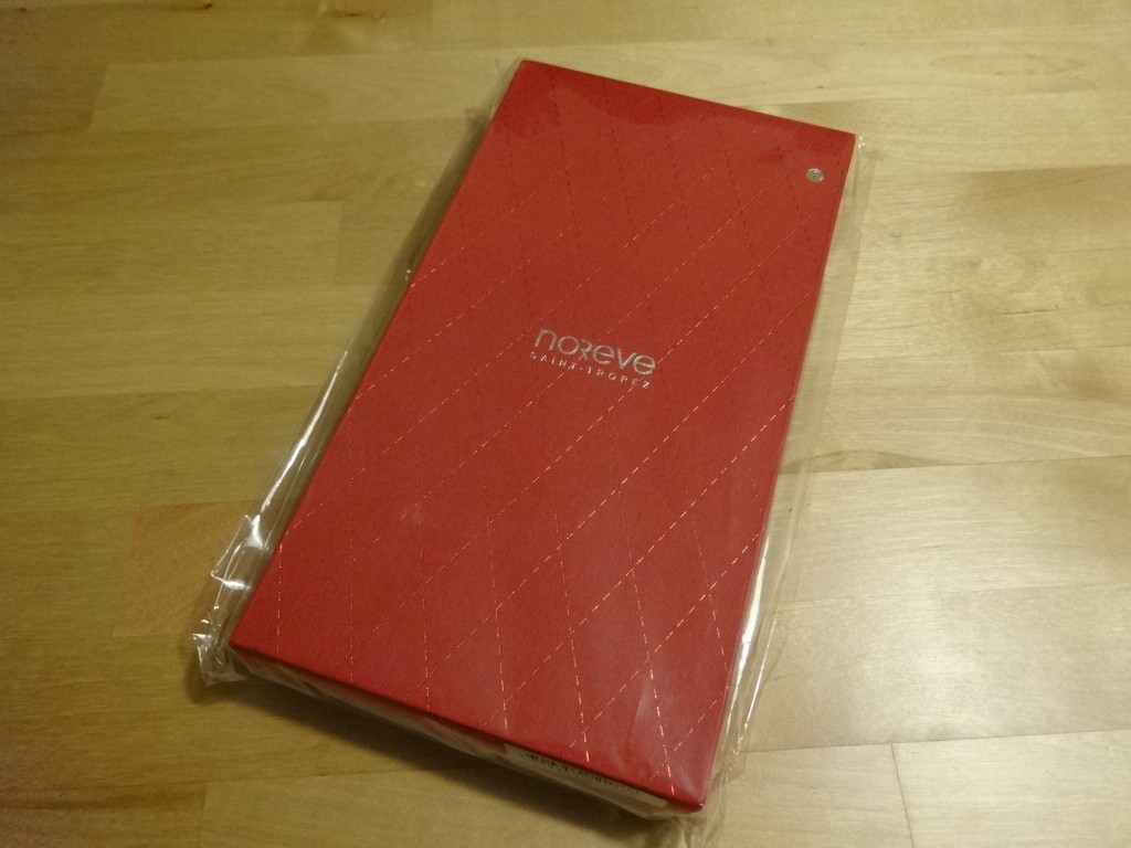 Noreveからケースが届きました!EU圏内だからか、紙の封筒にこの化粧箱が入っていたというシンプルな梱包。