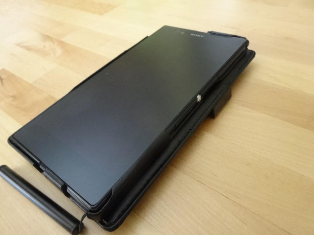 ちなみにケースの革は柔らかいから裏返して使える。ただし、机の上におくときは、蓋のでっぱりがに注意!