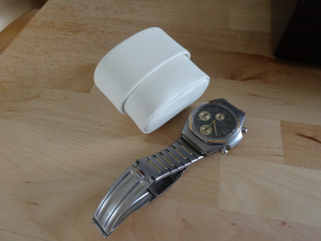 時計をせっちするホルダーは厚みの輪っかが4つ付いてくるので、2段階の調整が可能。