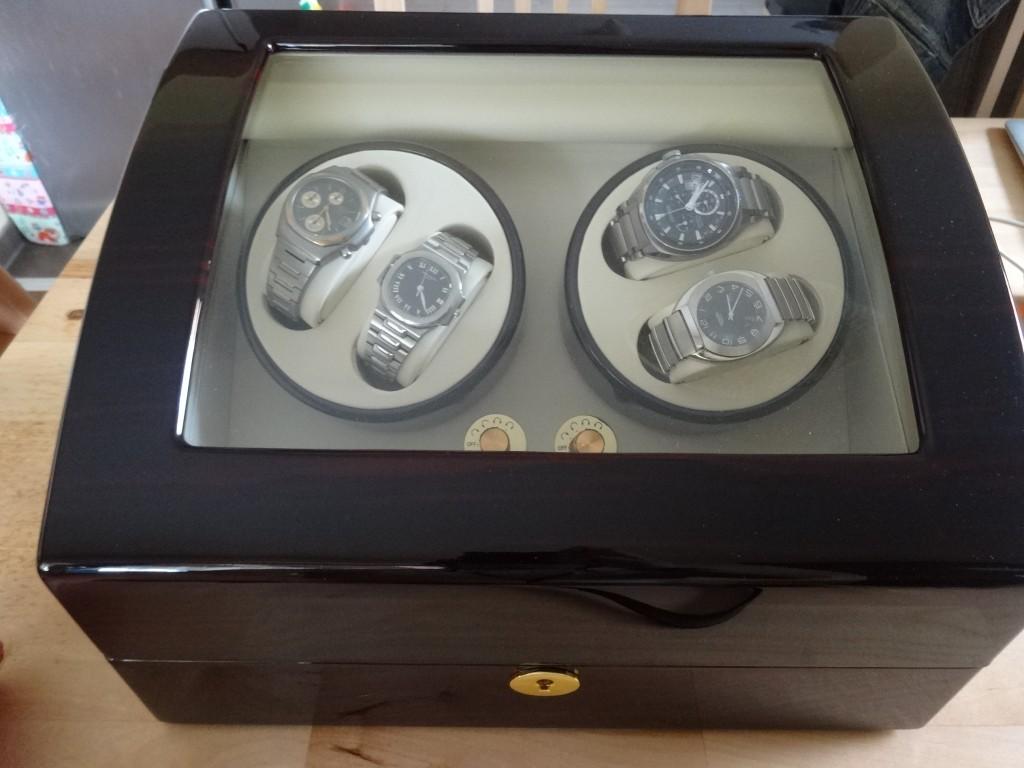 普通に見ると、4つの自動巻きの時計しか見えない。