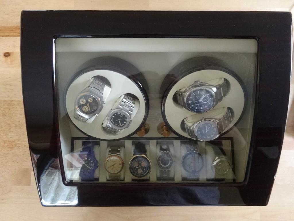 真上から覗き込まないと6つの時計は見えない。
