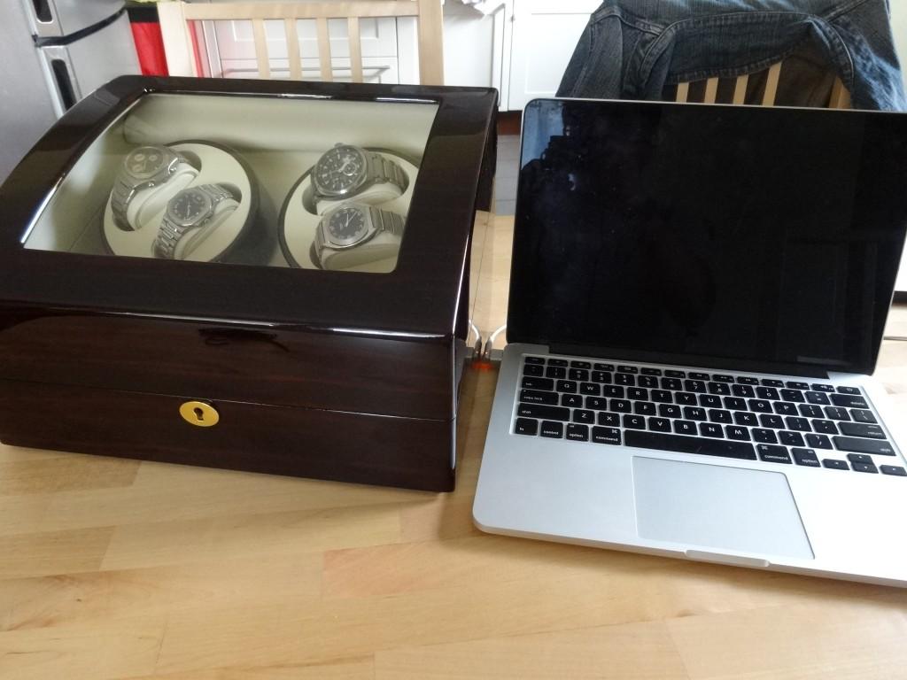 大きさを伝えるために、13インチのMacBookと並べてみる