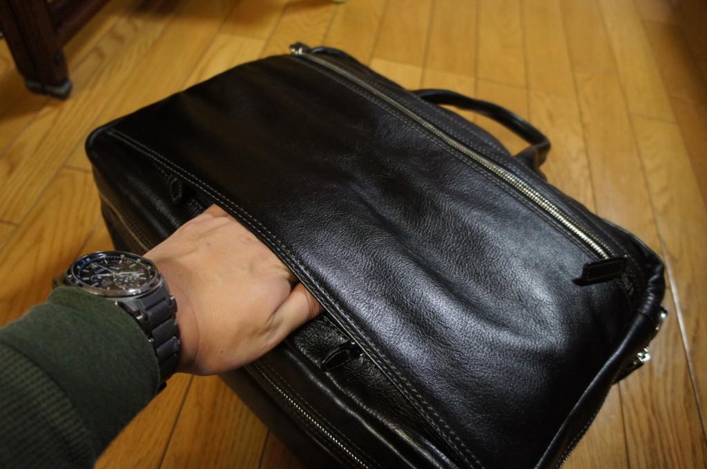 そして、これが今回の購入の決め手にもなった一つ。そう、トロリー鞄にくっつけることができるのだ!