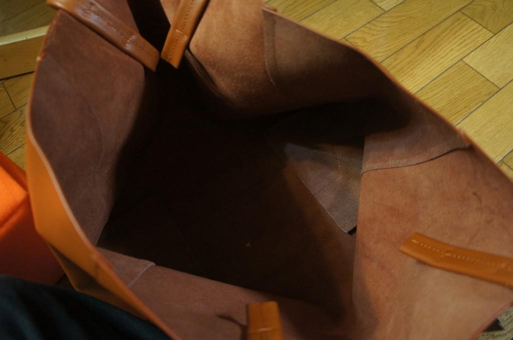 カバンの中身。 もろレザーバッグ、ということで、内ポケも無いし、裏地もないし、もう本当にそのまんま!バッグ底面の板とかもない、超硬派な仕様!