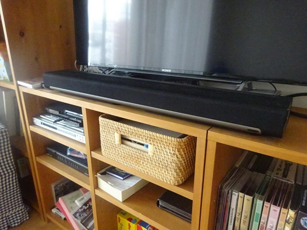テレビの前に設置した勇姿!ちなみにそのまま置いたらテレビの画面とかぶったので、テレビの下に見ないDVDケースを4枚重ねて底上げしてなんとか凌いだ。。