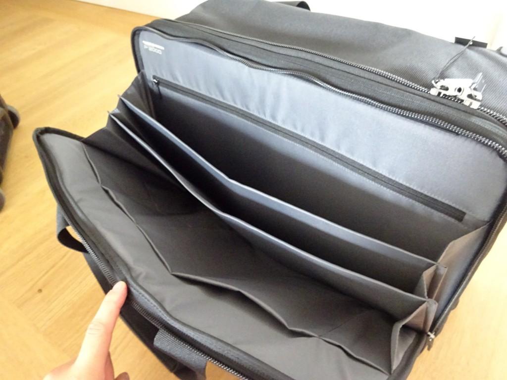 収納は大きく分けて2つ。手前の収納はこんな感じ。ペンケースとかの小物のポケットもある。でもタブレットとか入れるのは、カバン自体にショック吸収の機能がないからおすすめできない。そういう精密機器は大きいほうの収納に入れるべし。