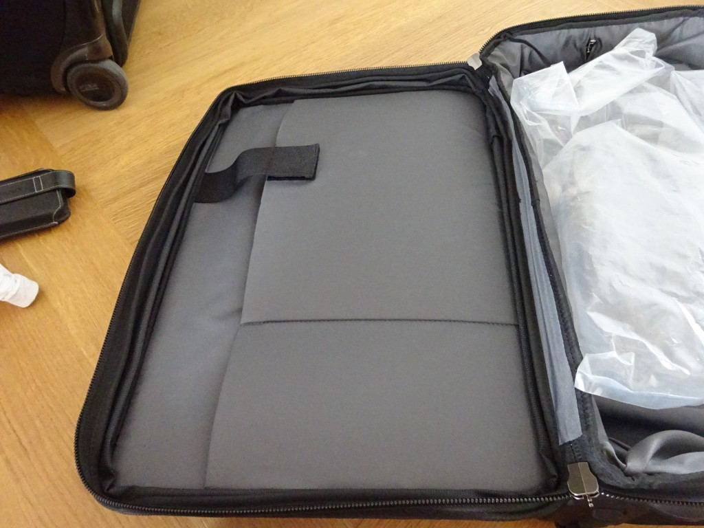 内側開けると、PC・タブレットが収納できるスペースあり。
