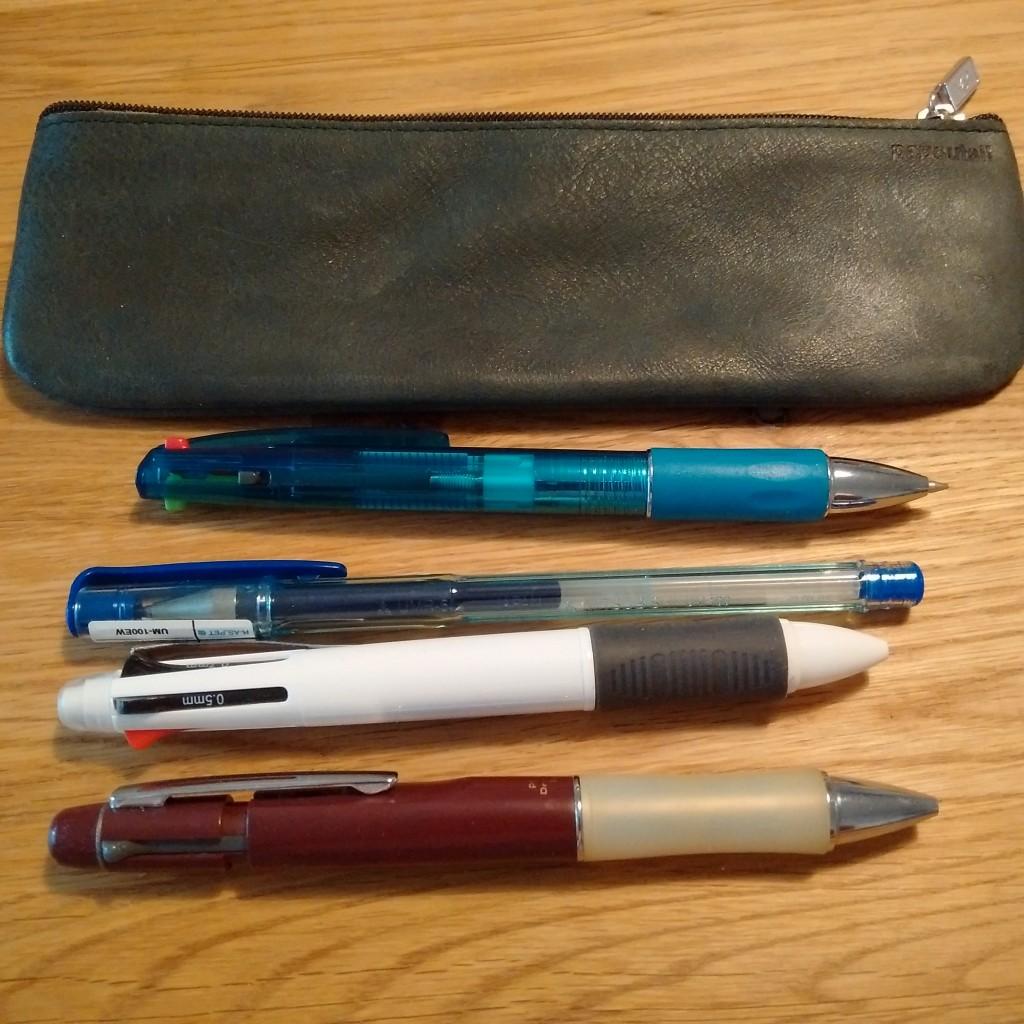 ちなみに太めのペンを4つ入れてみると、、