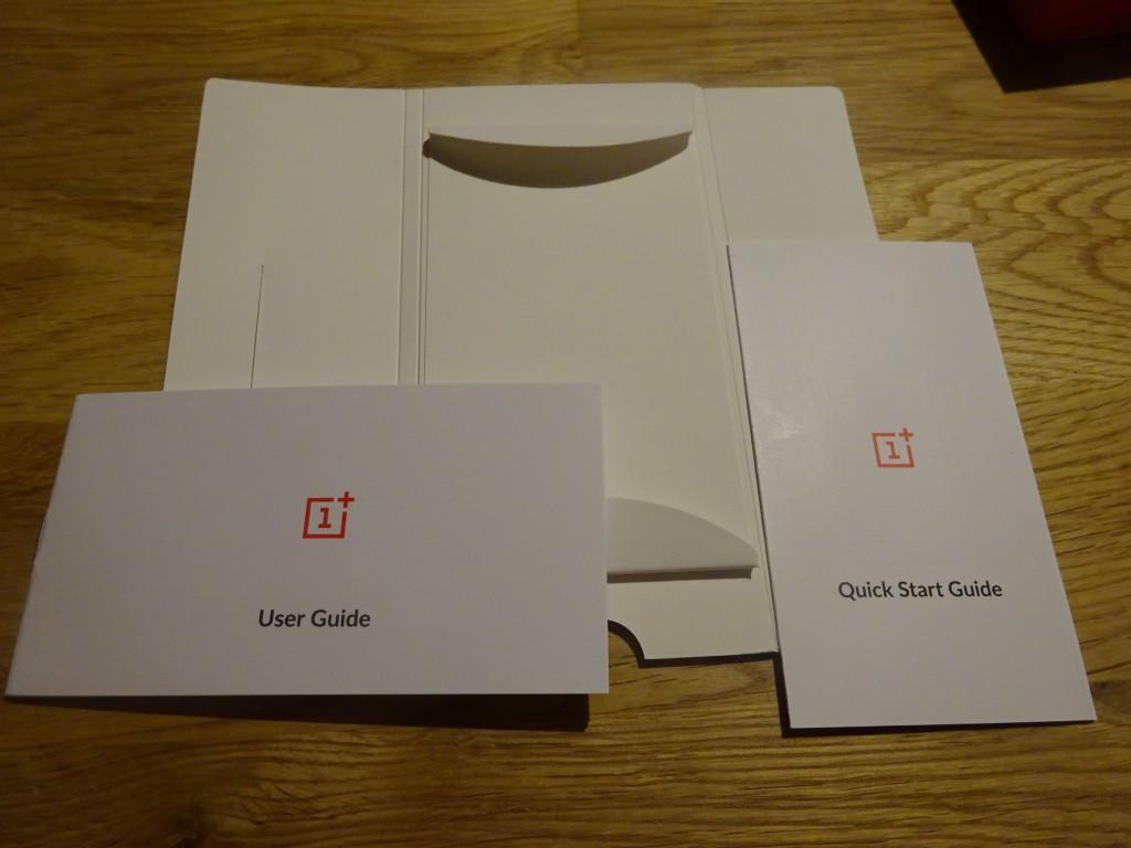 赤いケースの中身。 UserGuideとQuickStartという冊子が2つ入っているだけ。
