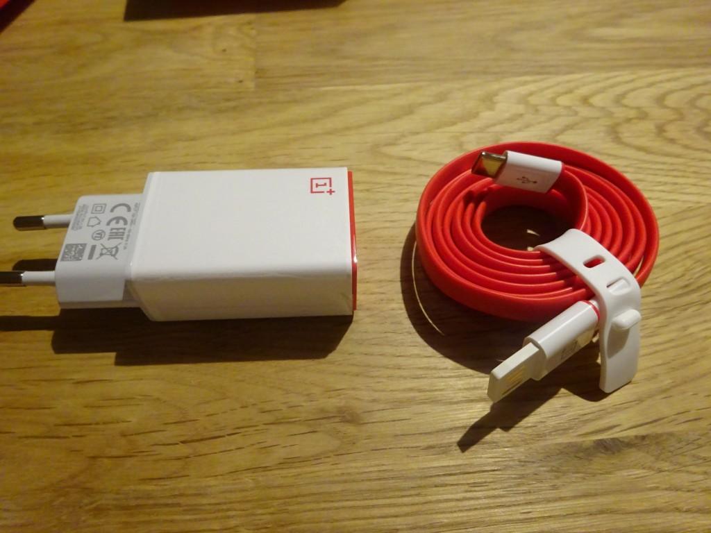 付属のUSB Type−Cケーブル。ケーブルはフェットチーネのように平らで、からなまなそう! ただし、OnePlus 2のケーブルは、以前Googleが説明したようにQuick Chargeには対応していないので、他のガジェットでは使わないほうがいい。