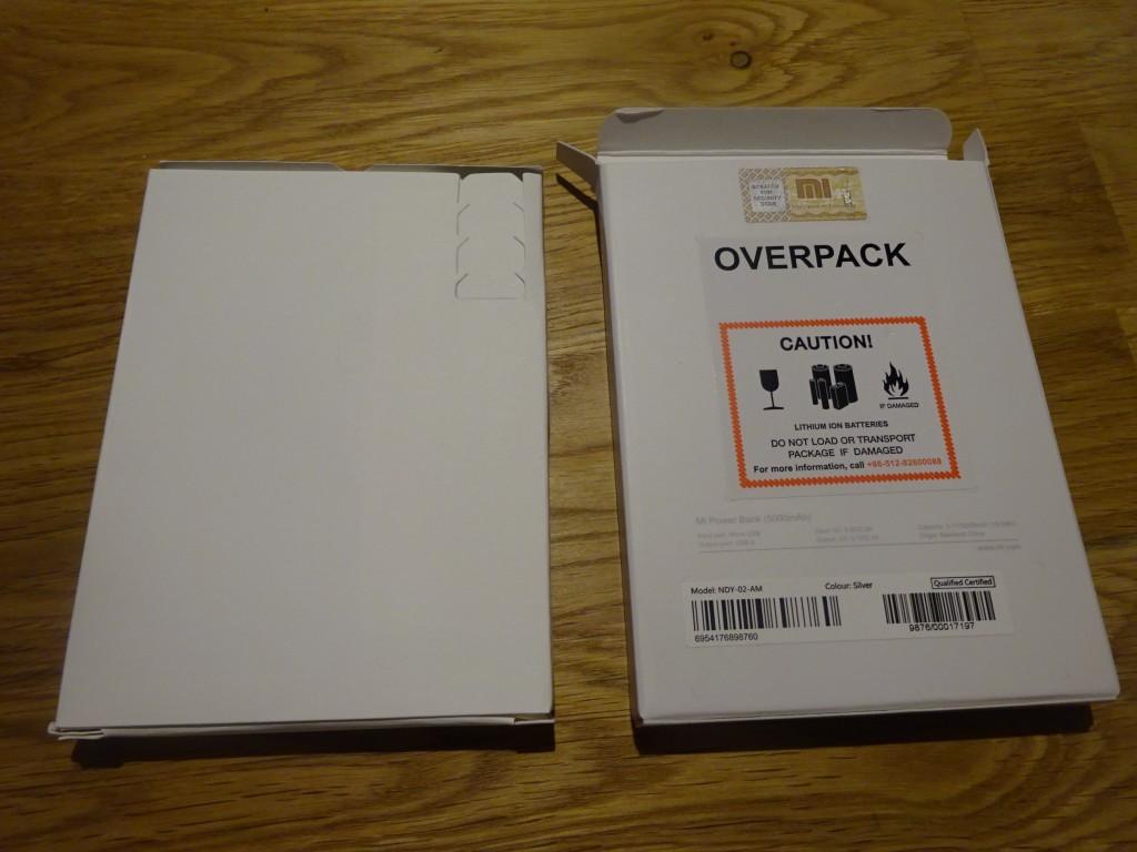 内箱をだしてみた。内箱に入っているのは、本体、ケーブルと説明書のみ。