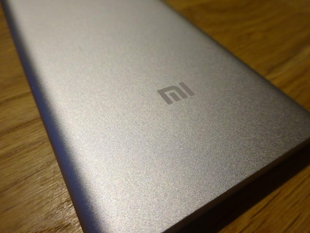 表面はきれいなアルミ。MacBookのそれと同じです。外見のクオリティはピカイチ。