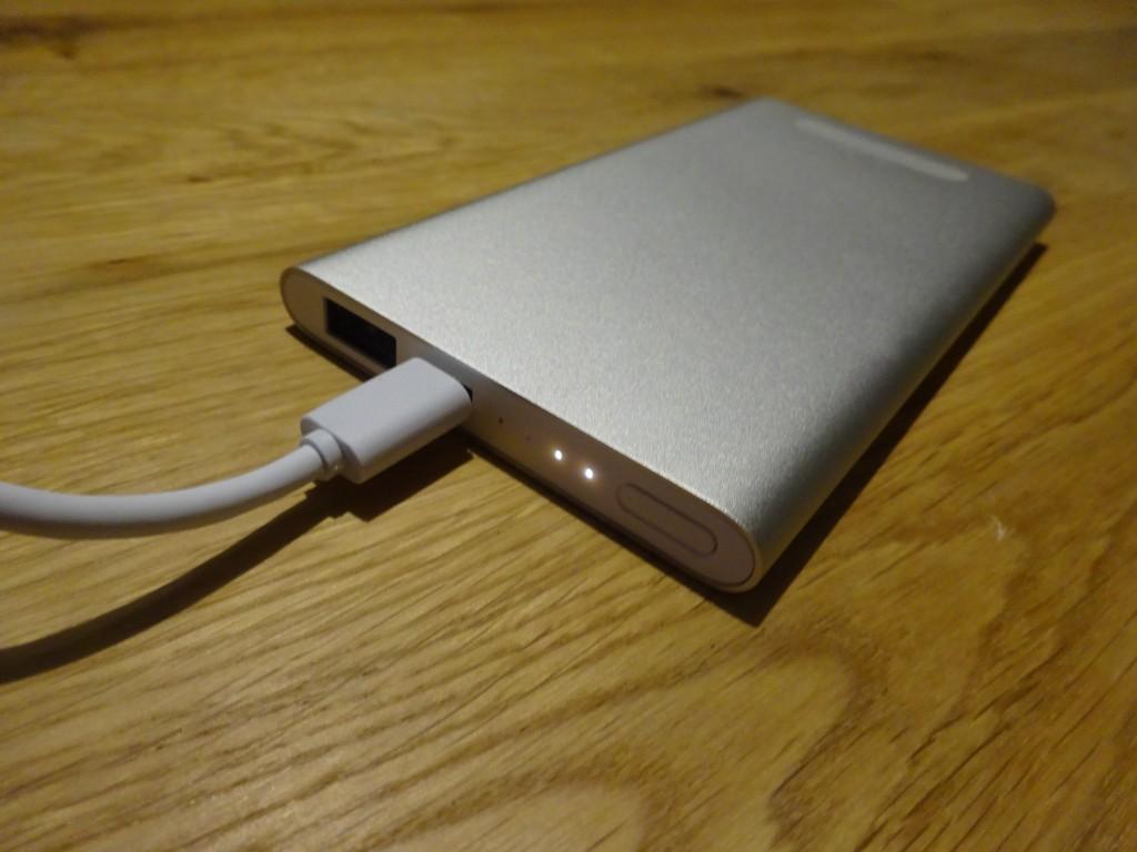 Macにつなげて充電しているところ。