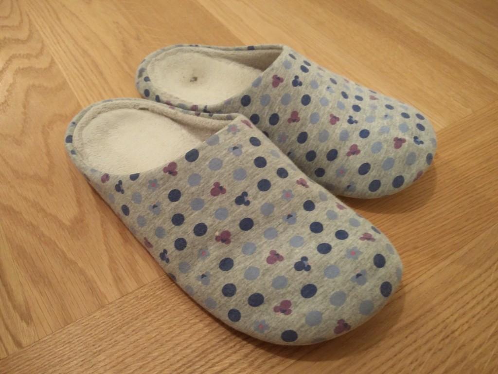 これが前任のスリッパ。1年程前に母親が日本のユニ○ロで買ったと思われるもの。1年近く履いてきたので、もう臭いのなんの。。。しばらく履いていると、いい感じに湿ってきて、そのまま匂い地獄が始まりますぜよぉぉぉ!