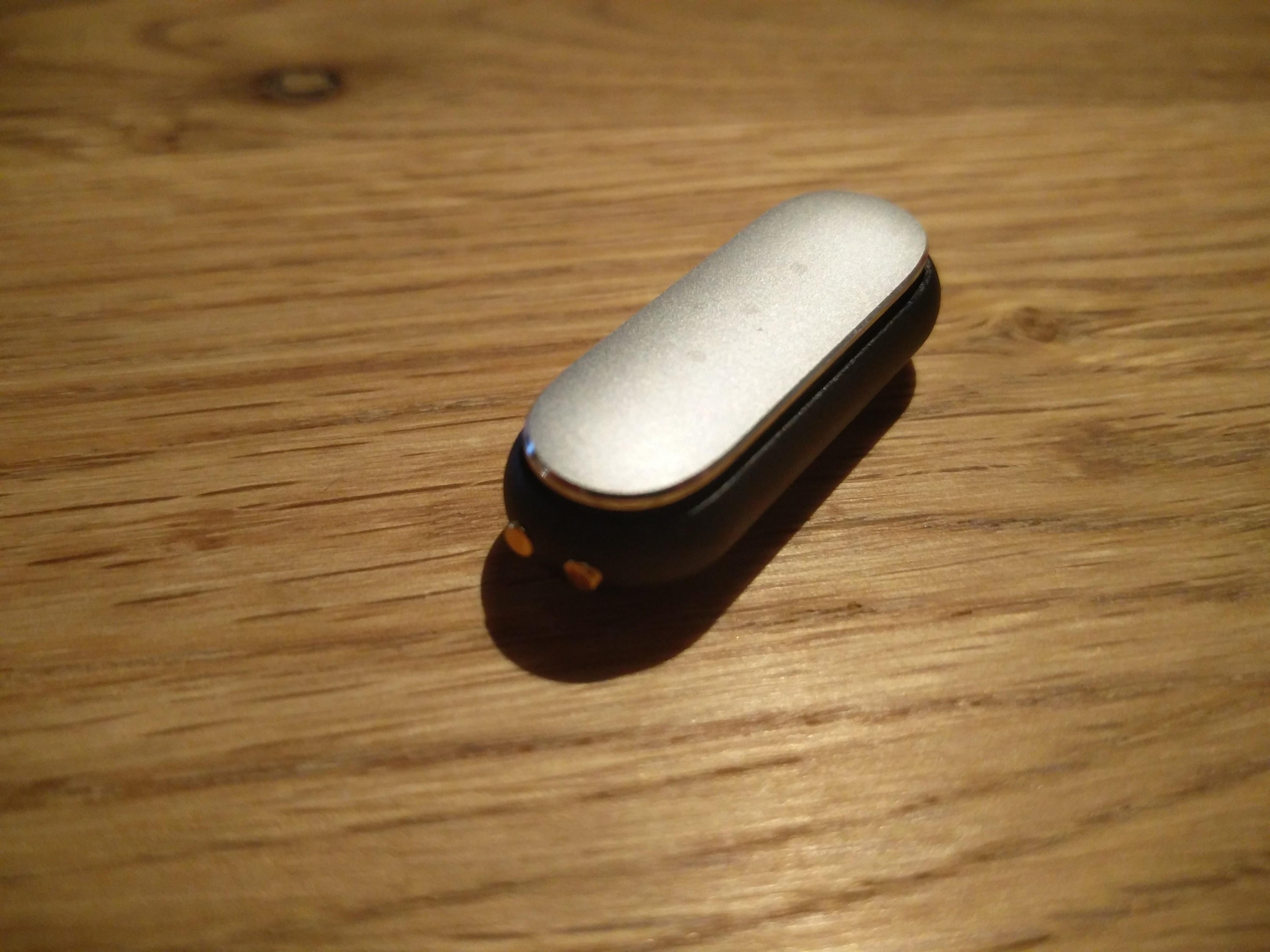 本体はボタンすら無いシンプルさ。表面はLEDが3つ。横に充電端子、というめっちゃシンプルな構造。