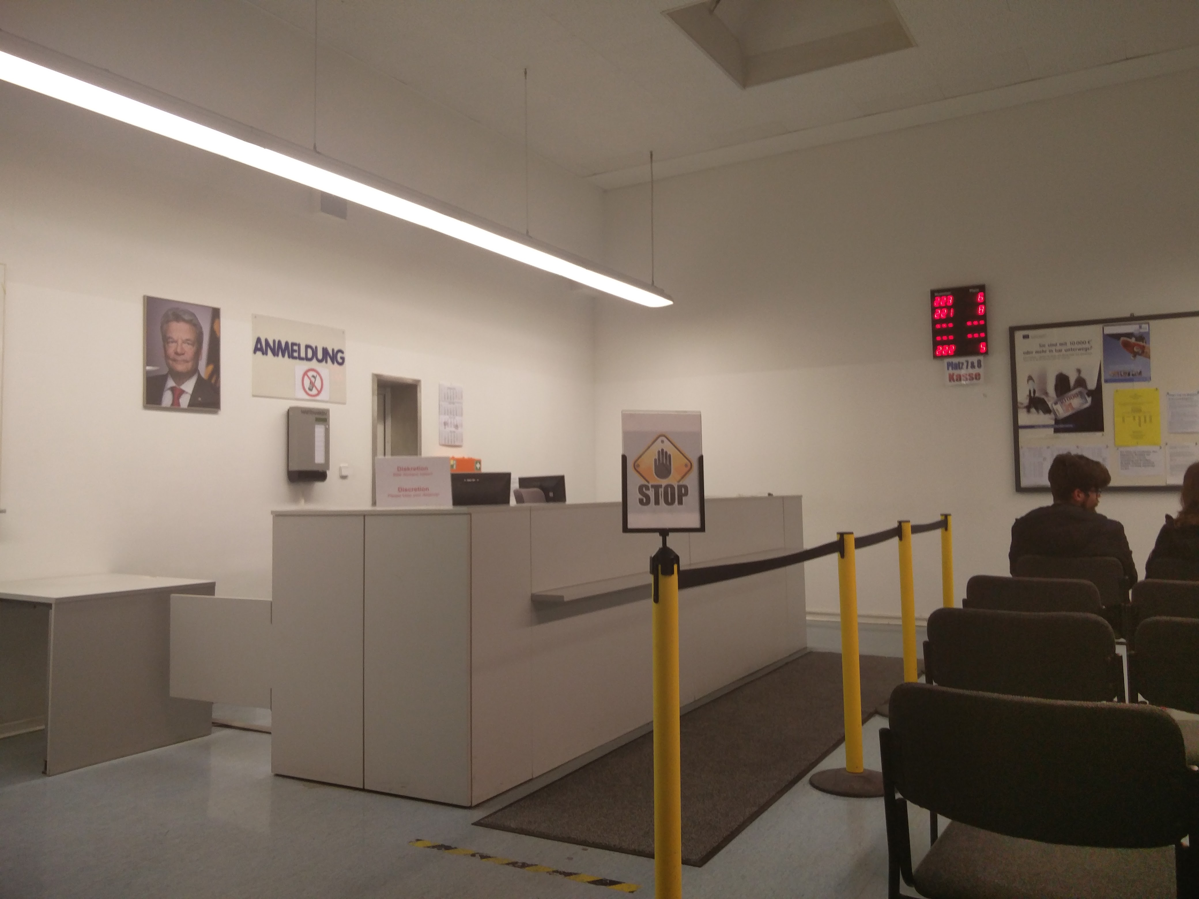 このカウンターで通知書を見せると、番号札を渡される。