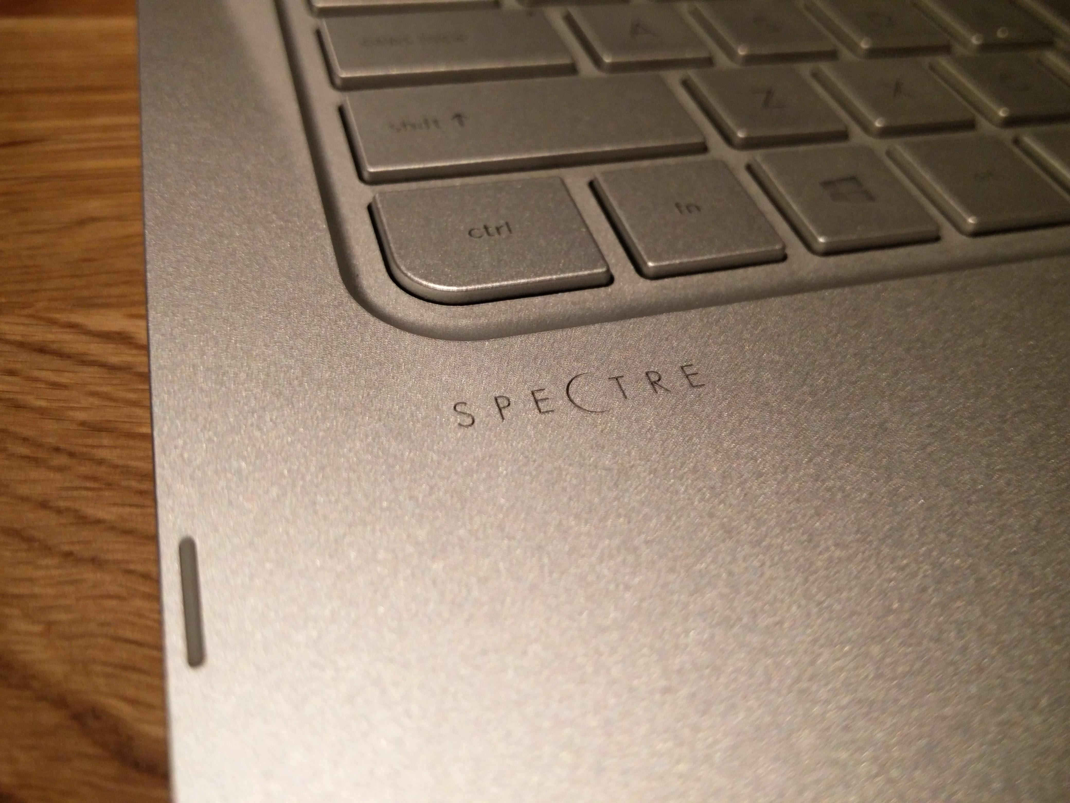 キーボード左下にはSpectreのロゴ。このロゴはあまりテンション上がらない。