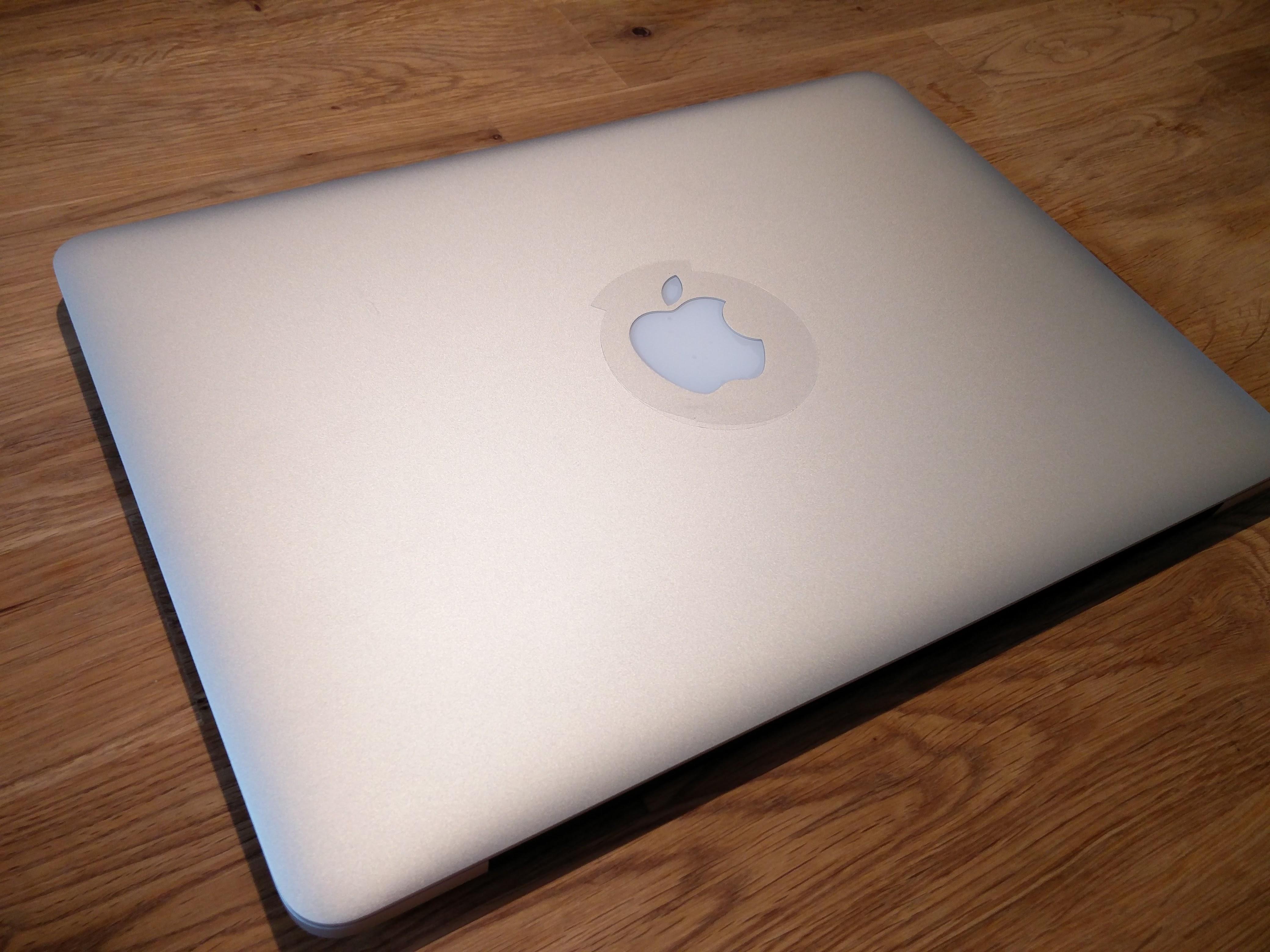 アップルマークには保護シールがあるほど、新品に。 でも底面はめっちゃ傷だらけのまんまだから、なんか微妙w