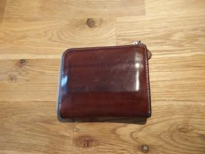 皮財布の全体像。見てのとおり、いい具合にエイジングしてきた。残念なのは、収納しているカード類にあわせてできてしまう皺・ライン。