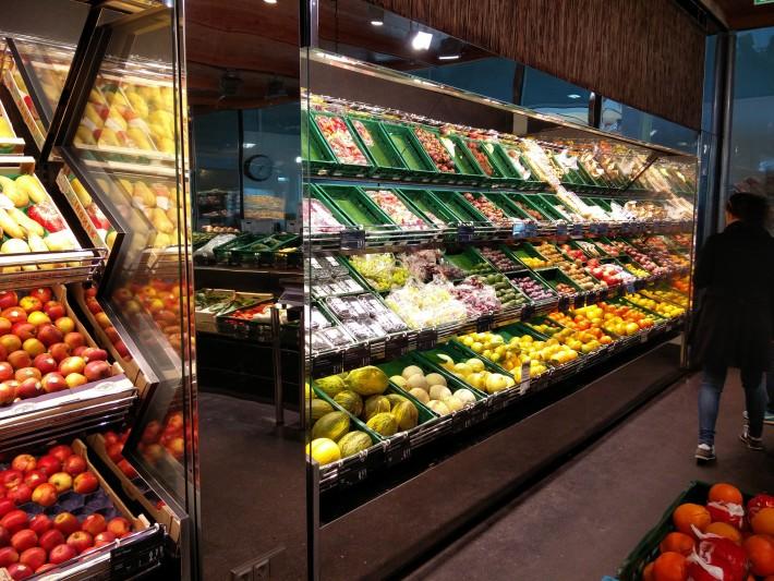 普通のスーパーにない品ぞろえと、もちろん普通のスーパーにはない値段であることもあるw