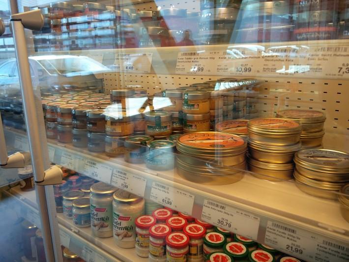 みづらいかもしれないけど、世界三大珍味のキャビアもたくさんある。値段も鼻血でそうなレベルwwww