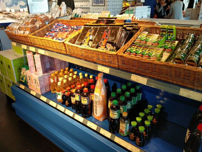 和食にまつわるコーナー。はっきりいって超貧弱。まあでもこのスーパーで唯一ある国別のコーナーだからその意味では日本人として誇りをもつべきか!?