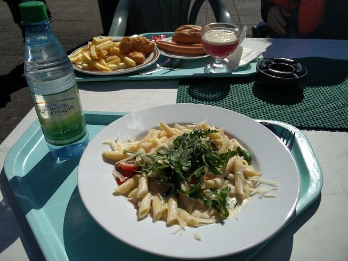 園内での昼飯。まあドイツの典型的な昼飯です。 ・あまりおいしくないパスタ(不味くはない) ・ソーセージ ・ポテト