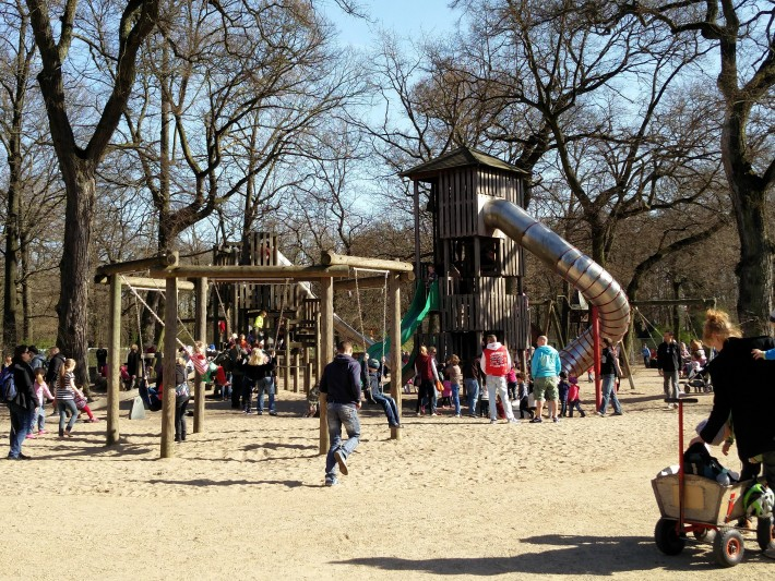 園内にはこんな感じの遊具がある公園とかもあって、ドイツ国民の憩いの場だなあ、って感じ。