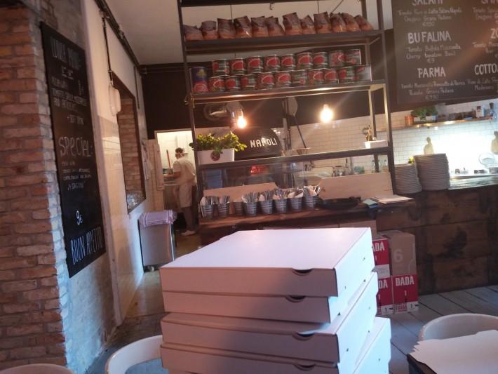 店内にはNAPOLIと書いてあるナポリピザ用の窯が!本格的で胸が高鳴る!