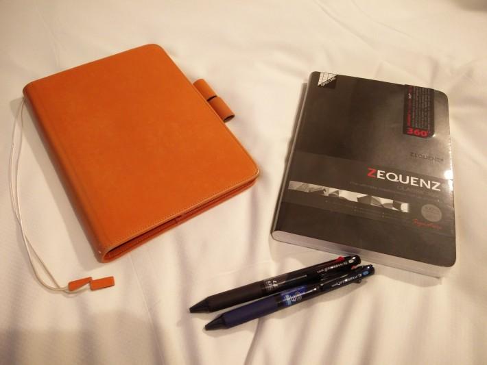 オレンジのが既に持っていたレザーカバー。 今回はノートとあわせて、Jetstreamのボールペンを2本買ってしまった!