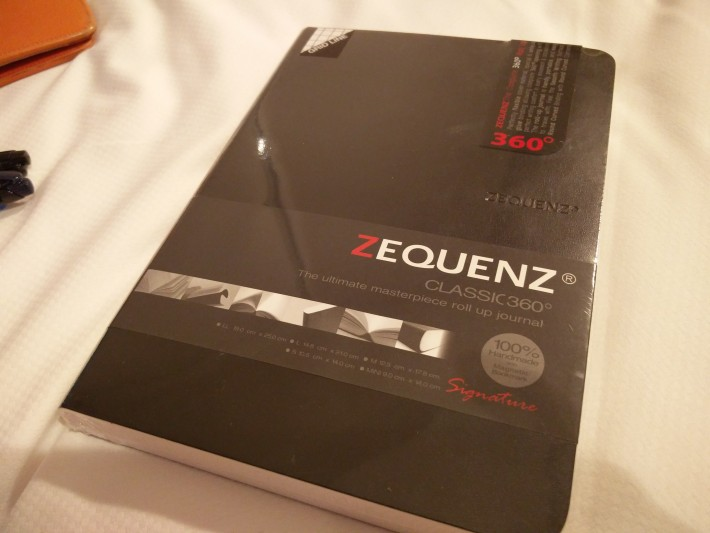 ZEQUENZのノート。カバーは黒だけど、ほかにも白や赤もあるっぽい。