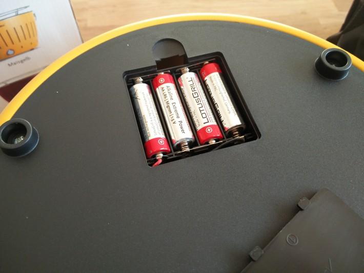 8単三電池を4本使用。どれだけ持つのかは不明。