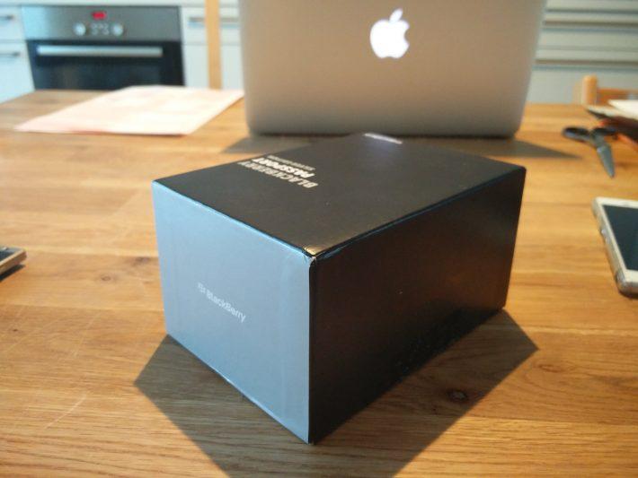 2箱の側面。反射しているだけのように見えるかもだけど、実は左側の側面の色はシルバー。つまり箱がシルバーXブラックとなっている。ふむふむ。