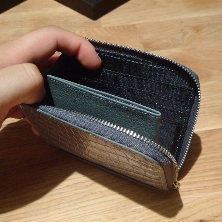6開けてみたところ。小銭入れが真ん中にあり、左右にカード入れが4つある(左右合計で8枚)。 残念だったのが、内側がレザーではなく、ナイロンで作られていたこと。ちょっとちゃちく見えてしまうのはあるかなあ・・・・。まあその代わり軽量+薄いというのがあるんだろうけど(もちろん値段安、も!)