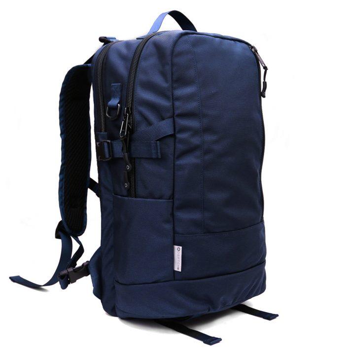 これがDaypackというシリーズ。色もネイビー、ブラック、ワックスドカンバス、などいろいろ。この佇まいが個人的にはツボる。