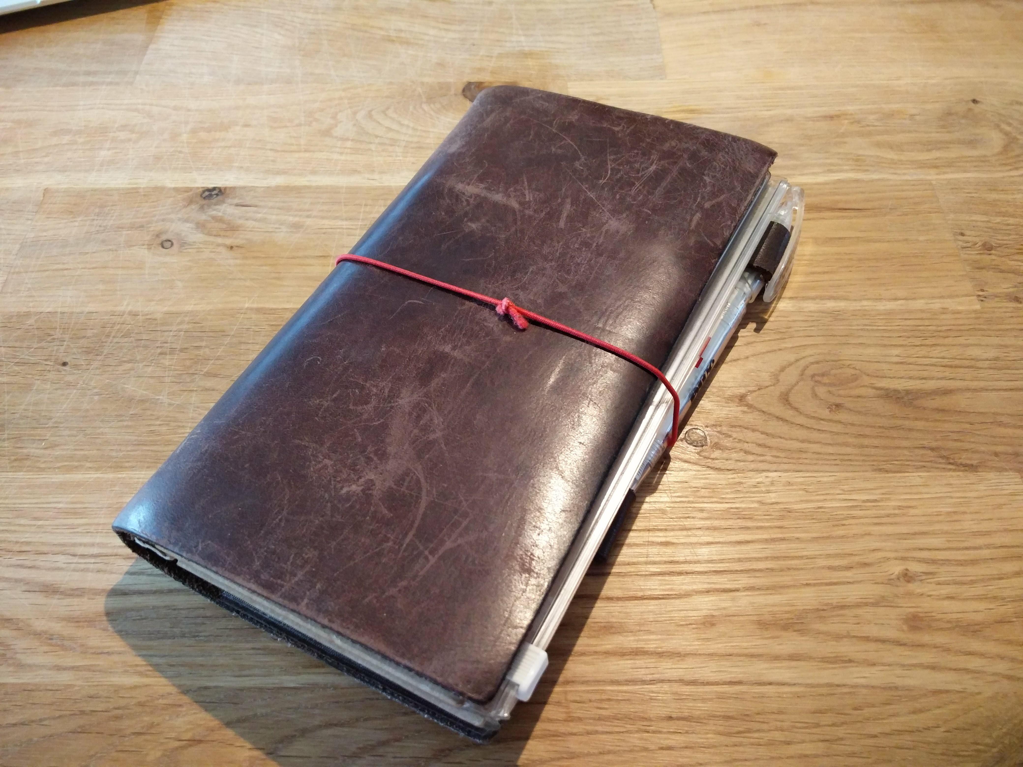メインで使っているパスポートケースはあの有名なトラベラーズノート。