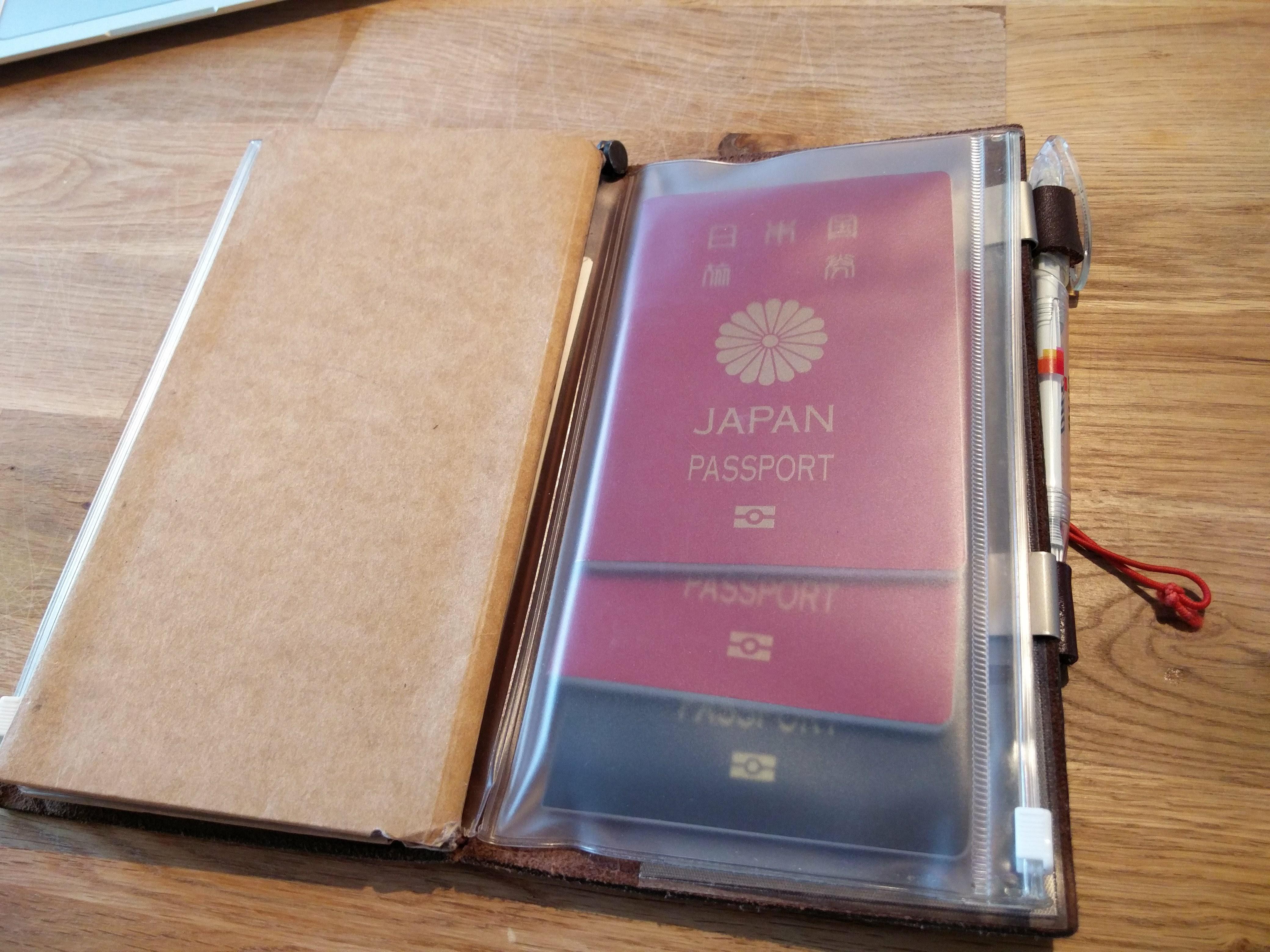 2つ目のジッパーケースには家族のパスポートをまとめて入れている!これが便利なんよねー。