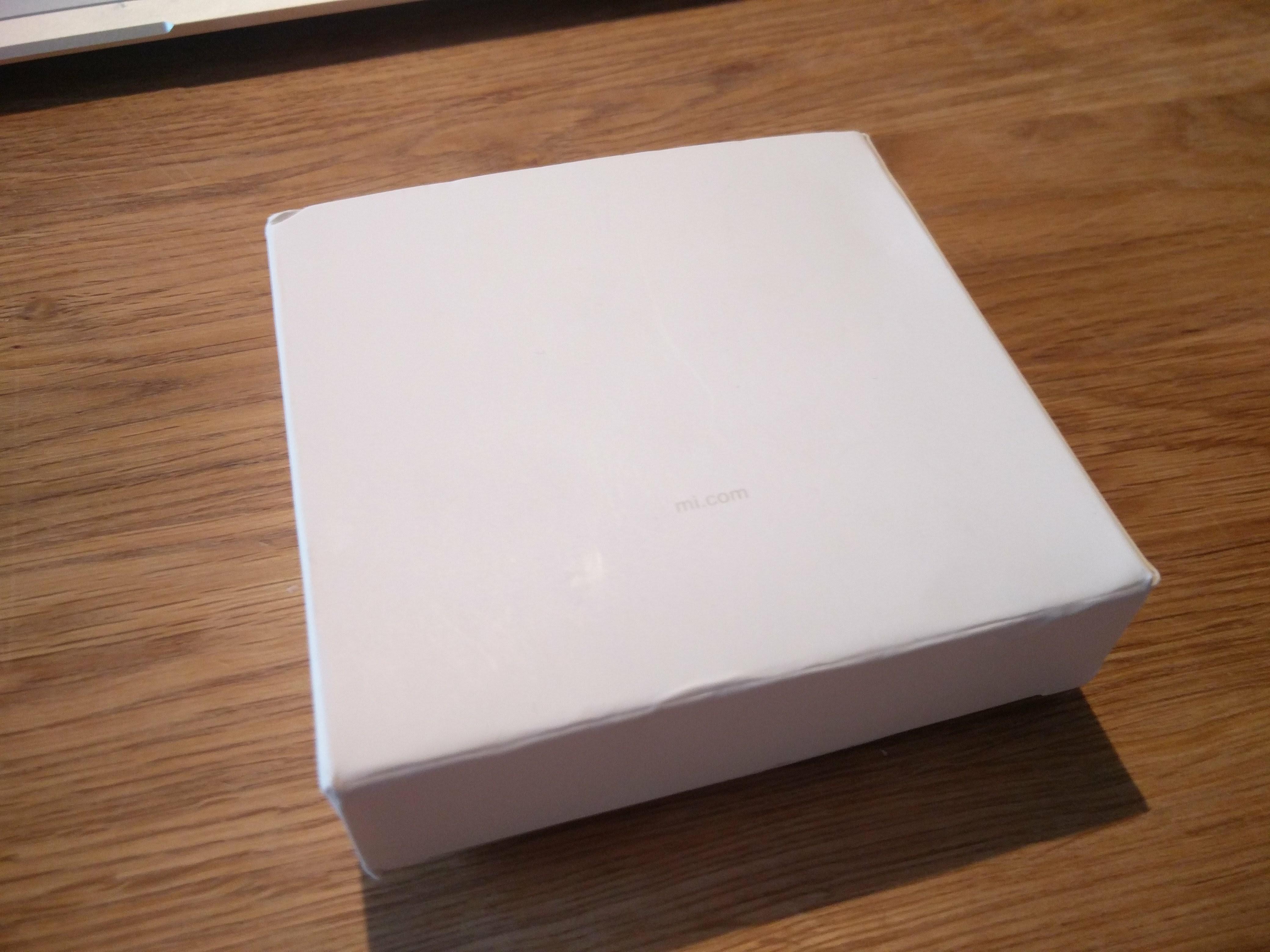 中国からビニール袋に梱包された普通郵便で届いたので、箱は届いた時点でボロボロ。