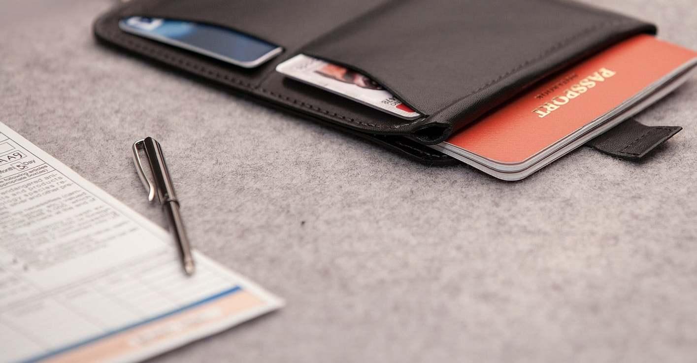 パスポートを取り出すプルタブ、ペン入れ、カード収納、など全ての欲しい機能がある気がする!